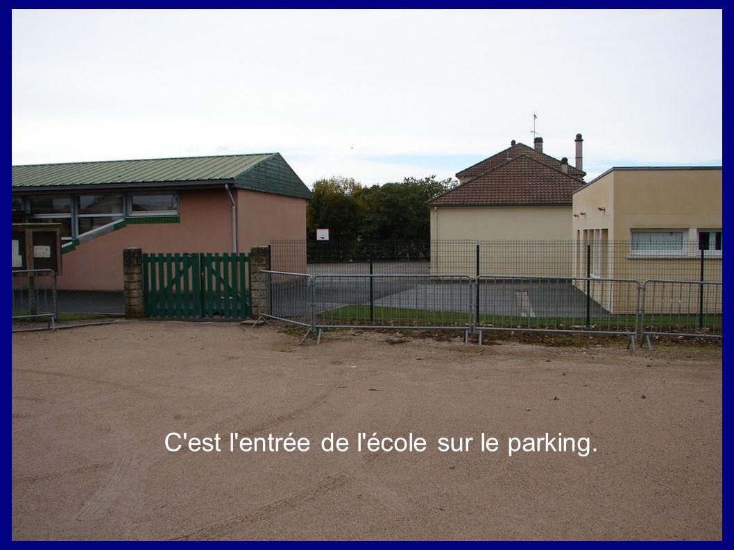 C est l entrée de l école sur le parking.