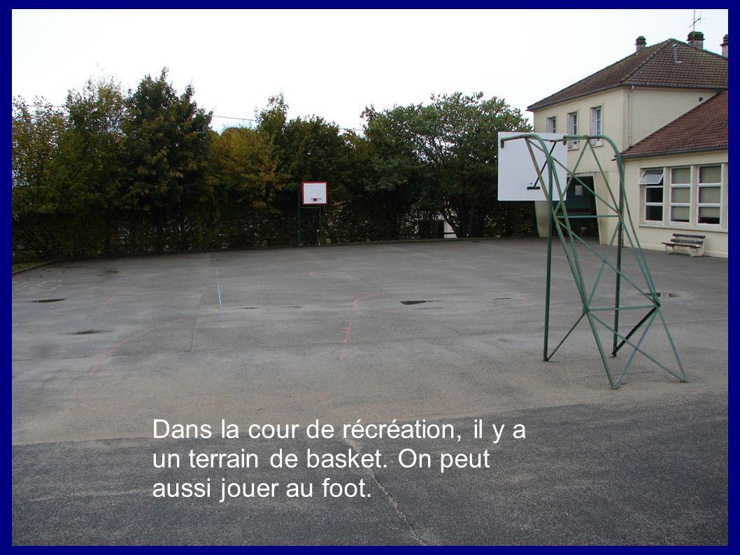 Dans la cour de récréation, il y a un terrain de basket