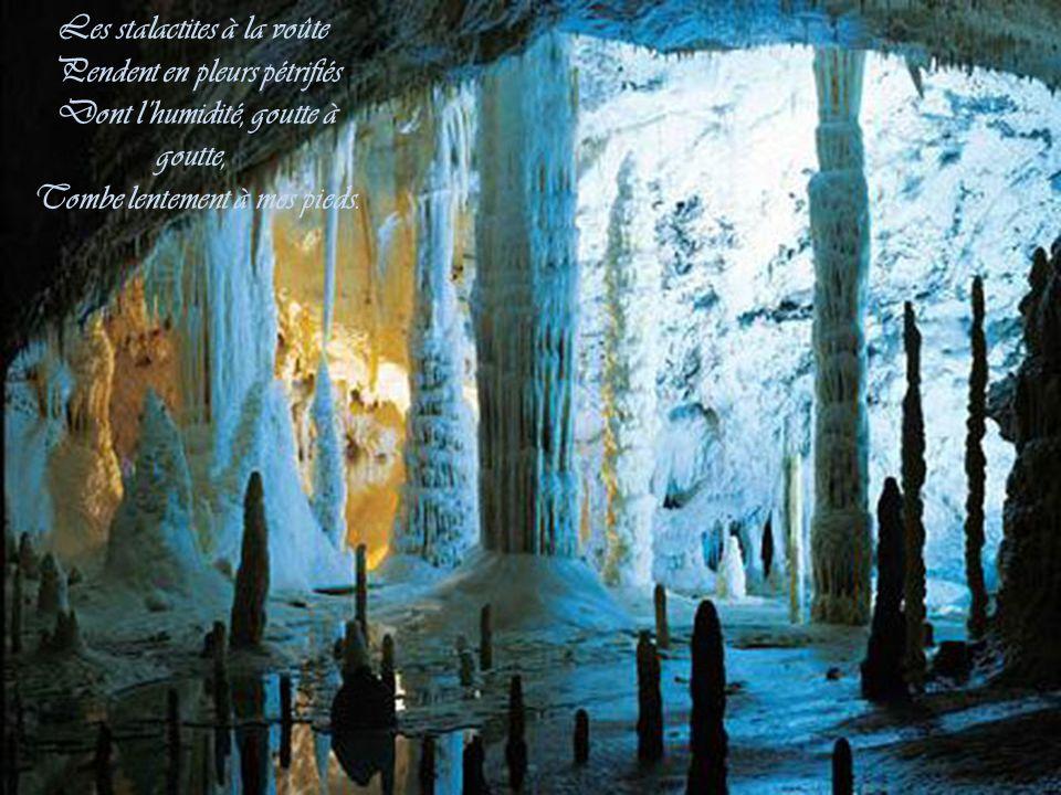 Les stalactites à la voûte Pendent en pleurs pétrifiés