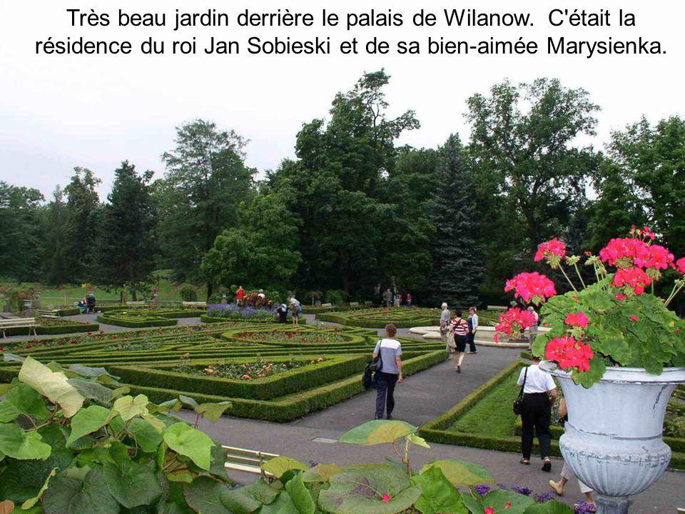 Très beau jardin derrière le palais de Wilanow
