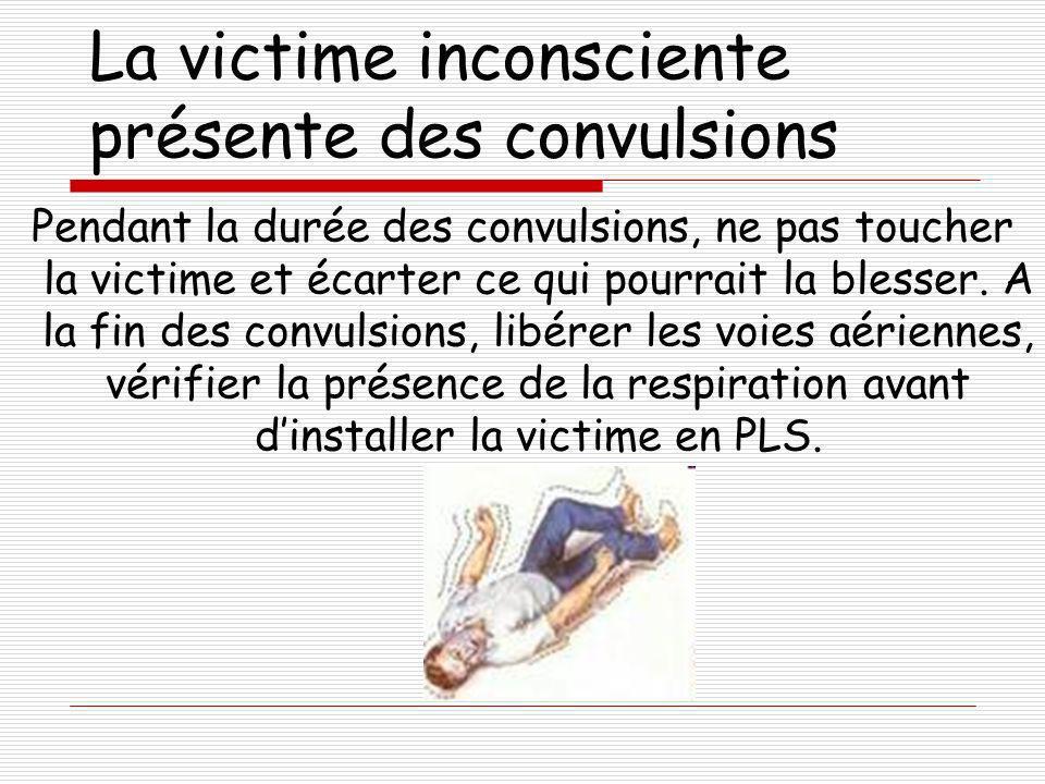 La victime inconsciente présente des convulsions