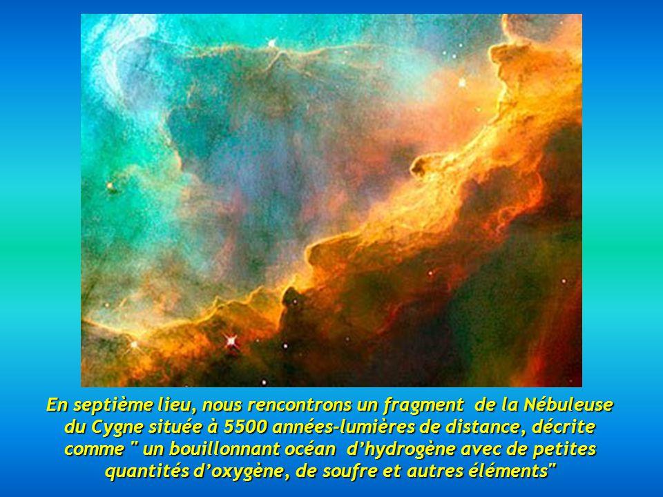 En septième lieu, nous rencontrons un fragment de la Nébuleuse du Cygne située à 5500 années-lumières de distance, décrite comme un bouillonnant océan d'hydrogène avec de petites quantités d'oxygène, de soufre et autres éléments