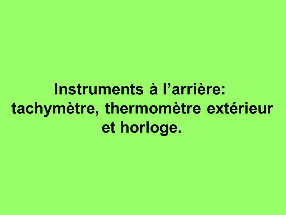 Instruments à l'arrière: tachymètre, thermomètre extérieur