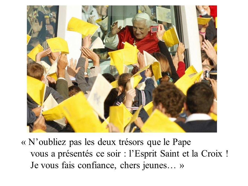 « N'oubliez pas les deux trésors que le Pape vous a présentés ce soir : l'Esprit Saint et la Croix .