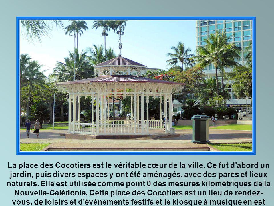 La place des Cocotiers est le véritable cœur de la ville