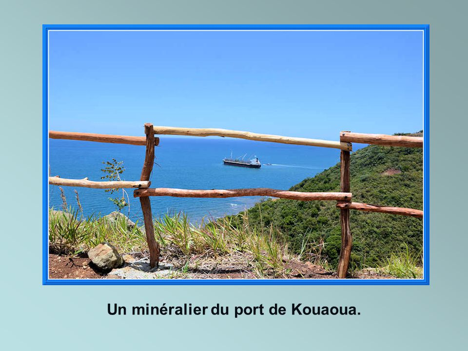 Un minéralier du port de Kouaoua.