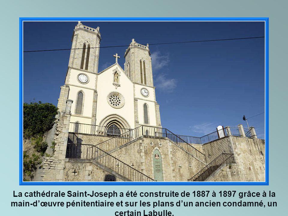La cathédrale Saint-Joseph a été construite de 1887 à 1897 grâce à la main-d'œuvre pénitentiaire et sur les plans d'un ancien condamné, un certain Labulle.