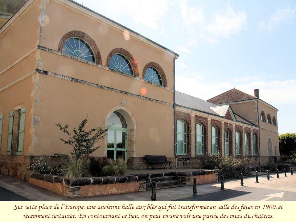 Sur cette place de l'Europe, une ancienne halle aux blés qui fut transformée en salle des fêtes en 1900, et récemment restaurée.