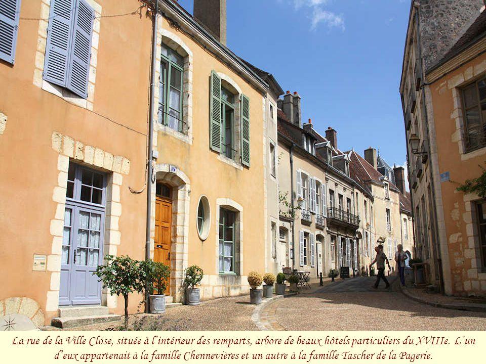 La rue de la Ville Close, située à l'intérieur des remparts, arbore de beaux hôtels particuliers du XVIIIe.