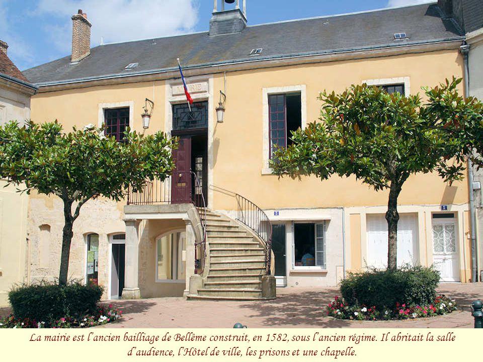 La mairie est l'ancien bailliage de Bellême construit, en 1582, sous l'ancien régime.