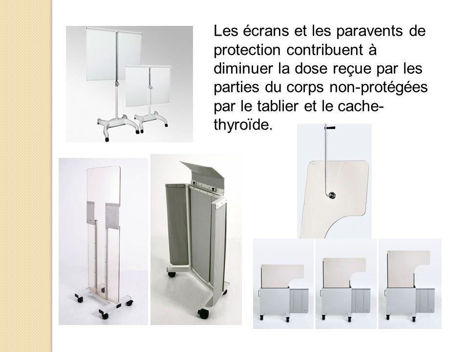 Les écrans et les paravents de protection contribuent à diminuer la dose reçue par les parties du corps non-protégées par le tablier et le cache-thyroïde.