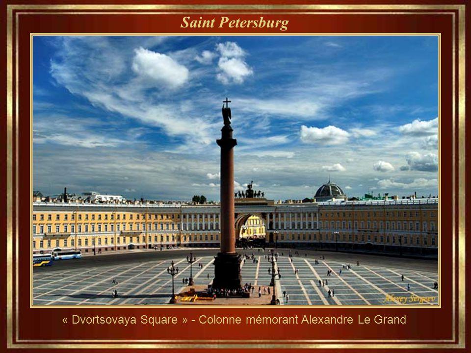« Dvortsovaya Square » - Colonne mémorant Alexandre Le Grand