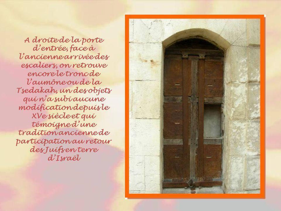 A droite de la porte d'entrée, face à l'ancienne arrivée des escaliers, on retrouve encore le tronc de l'aumône ou de la Tsedakah, un des objets qui n'a subi aucune modification depuis le XVe siècle et qui témoigne d'une tradition ancienne de participation au retour des Juifs en terre d'Israël