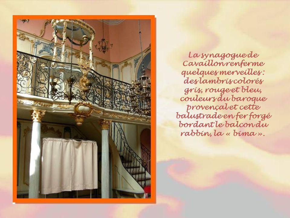La synagogue de Cavaillon renferme quelques merveilles : des lambris colorés gris, rouge et bleu, couleurs du baroque provençal et cette balustrade en fer forgé bordant le balcon du rabbin, la « bima ».