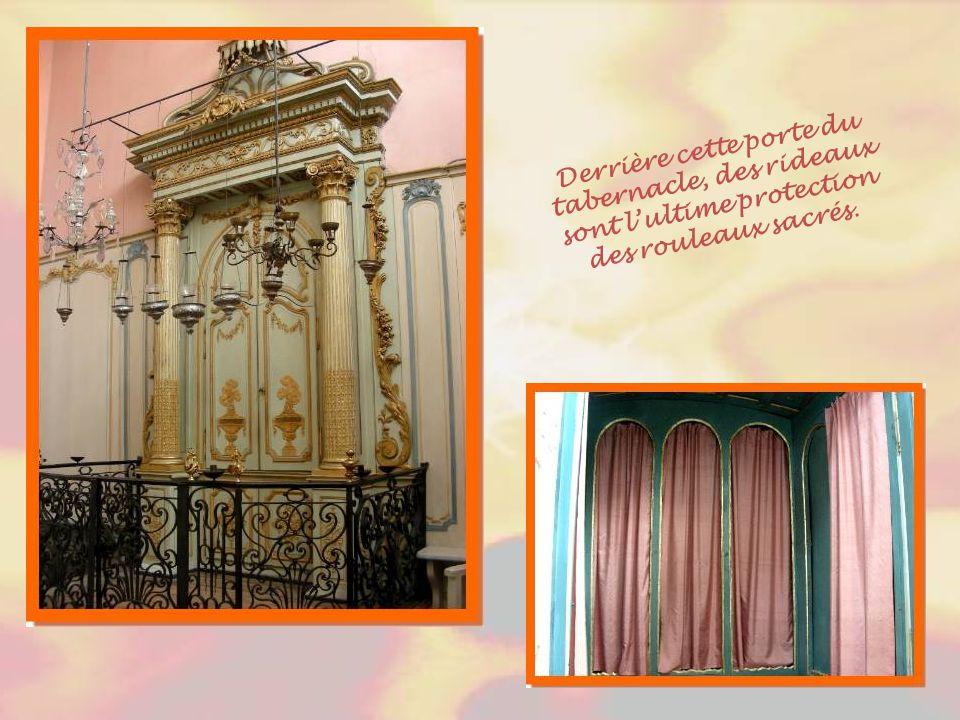 Derrière cette porte du tabernacle, des rideaux sont l'ultime protection des rouleaux sacrés.