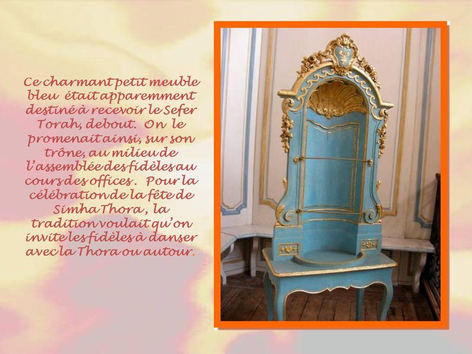 Ce charmant petit meuble bleu était apparemment destiné à recevoir le Sefer Torah, debout.