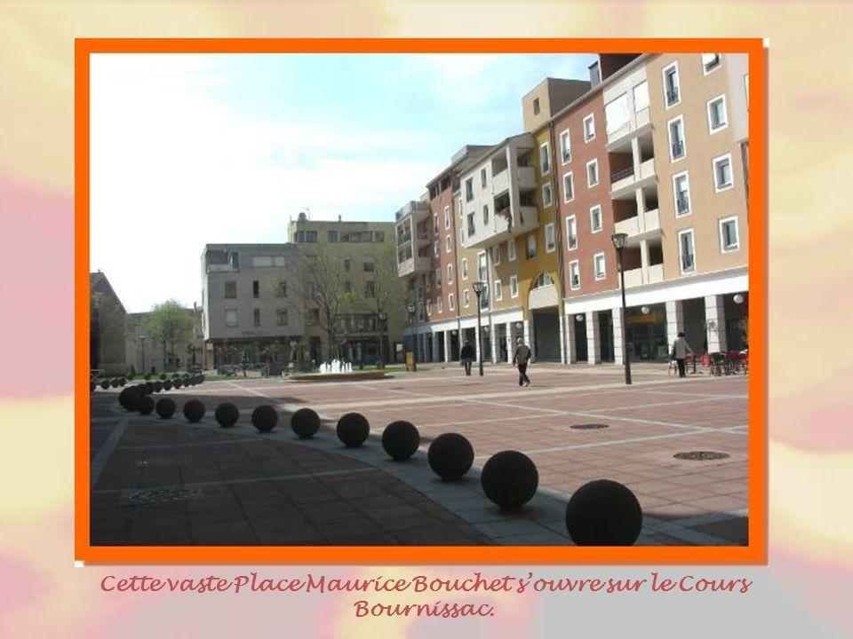 Cette vaste Place Maurice Bouchet s'ouvre sur le Cours Bournissac.