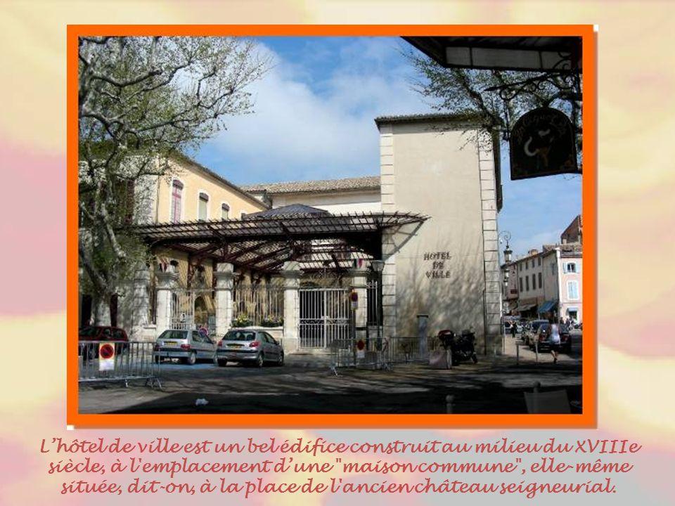 L'hôtel de ville est un bel édifice construit au milieu du XVIIIe siècle, à l emplacement d'une maison commune , elle-même située, dit-on, à la place de l ancien château seigneurial.