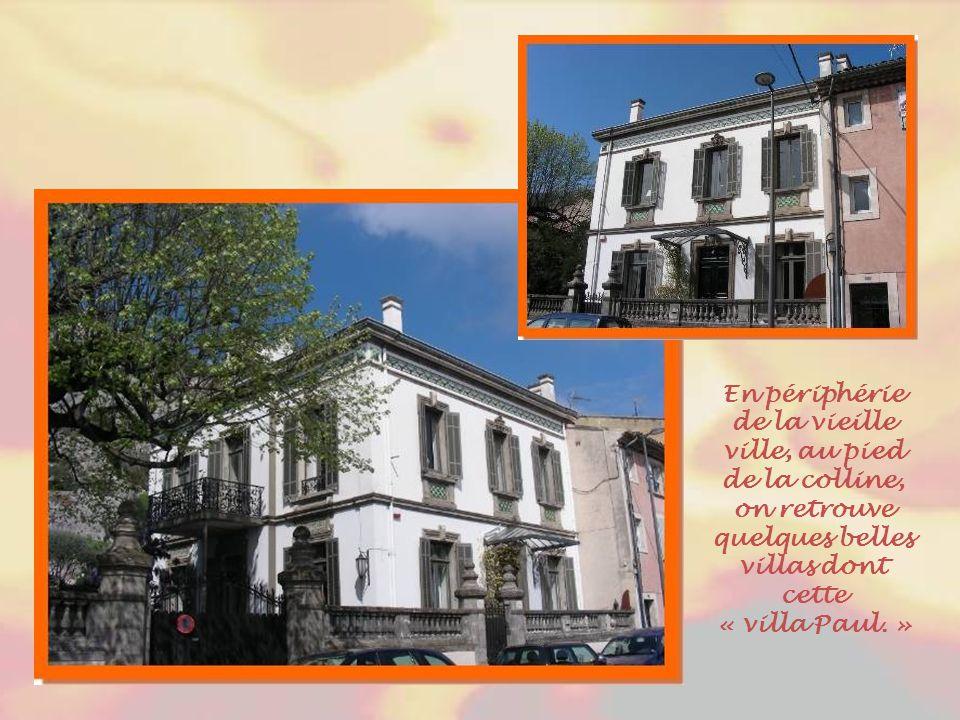 En périphérie de la vieille ville, au pied de la colline, on retrouve quelques belles villas dont cette