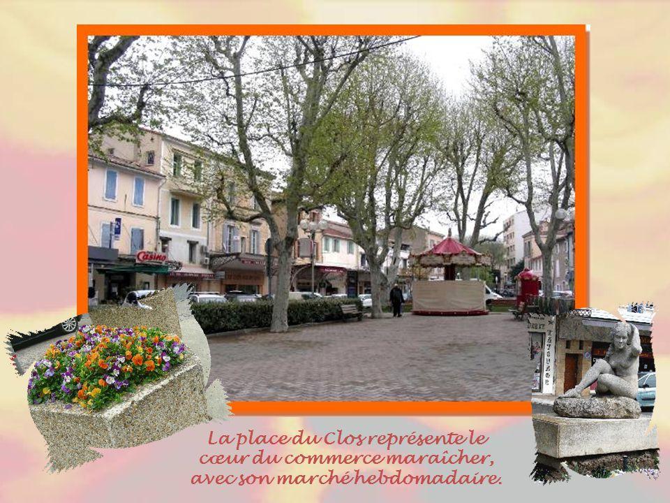 La place du Clos représente le cœur du commerce maraîcher, avec son marché hebdomadaire.