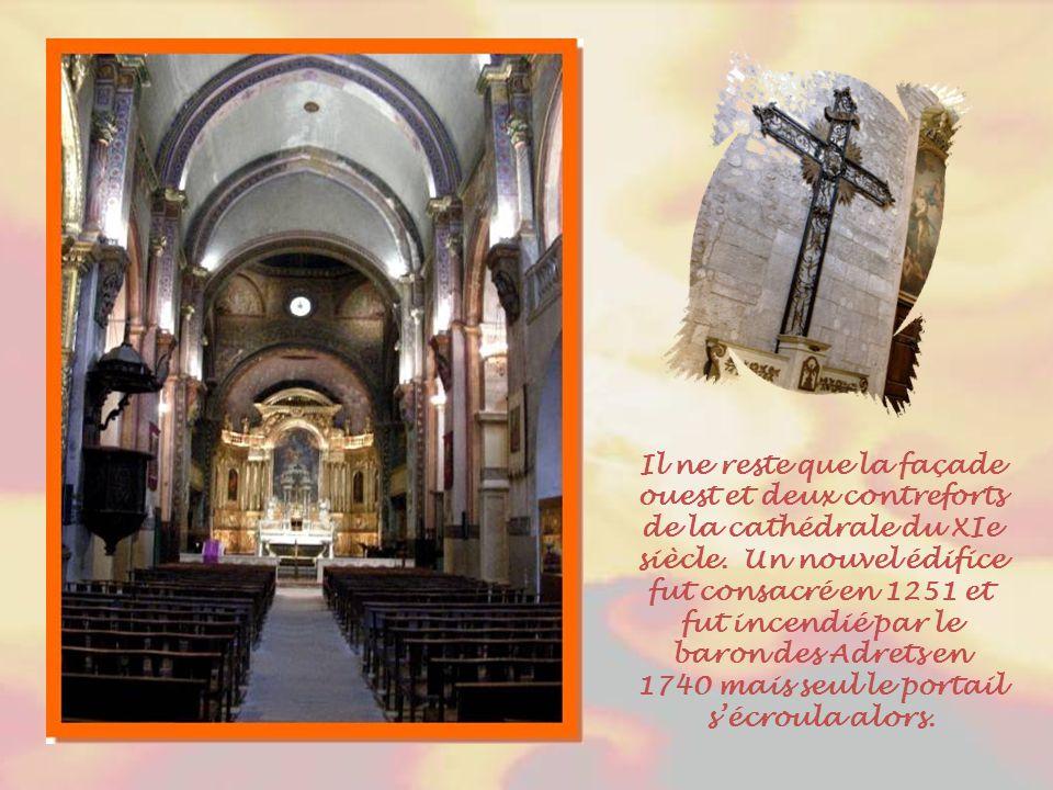 Il ne reste que la façade ouest et deux contreforts de la cathédrale du XIe siècle.