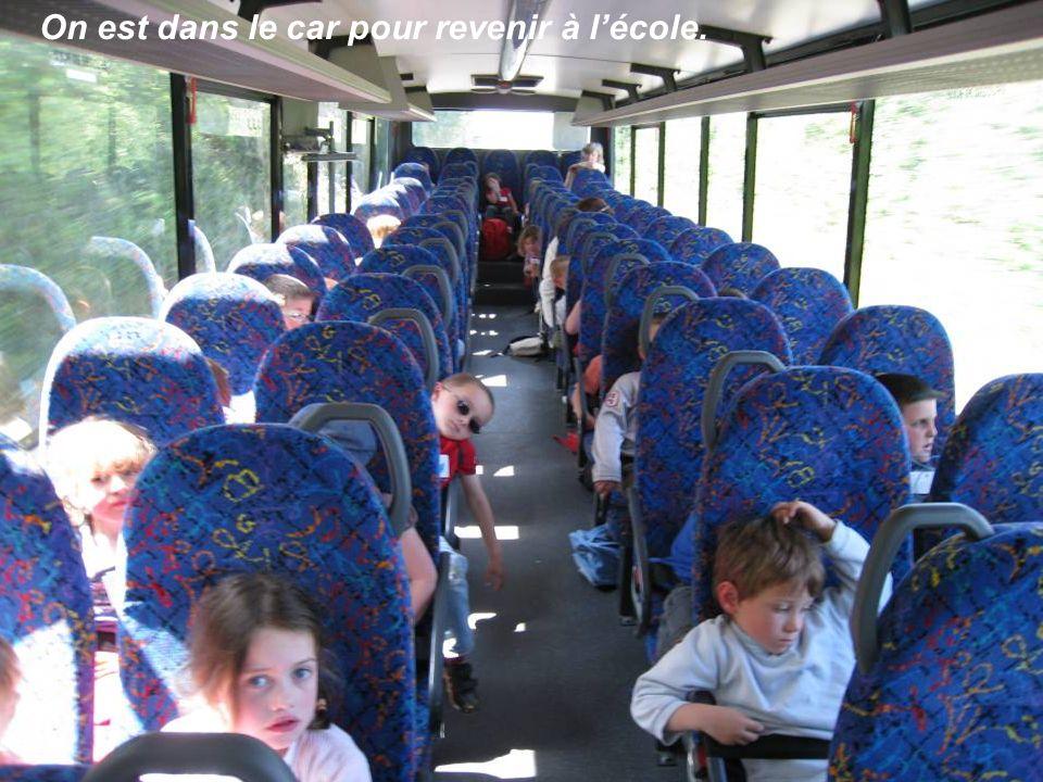 On est dans le car pour revenir à l'école.