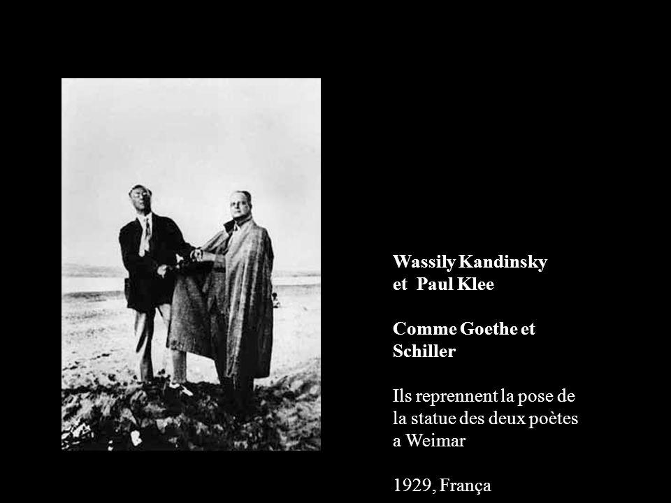 Wassily Kandinsky et Paul Klee. Comme Goethe et Schiller Ils reprennent la pose de la statue des deux poètes a Weimar.