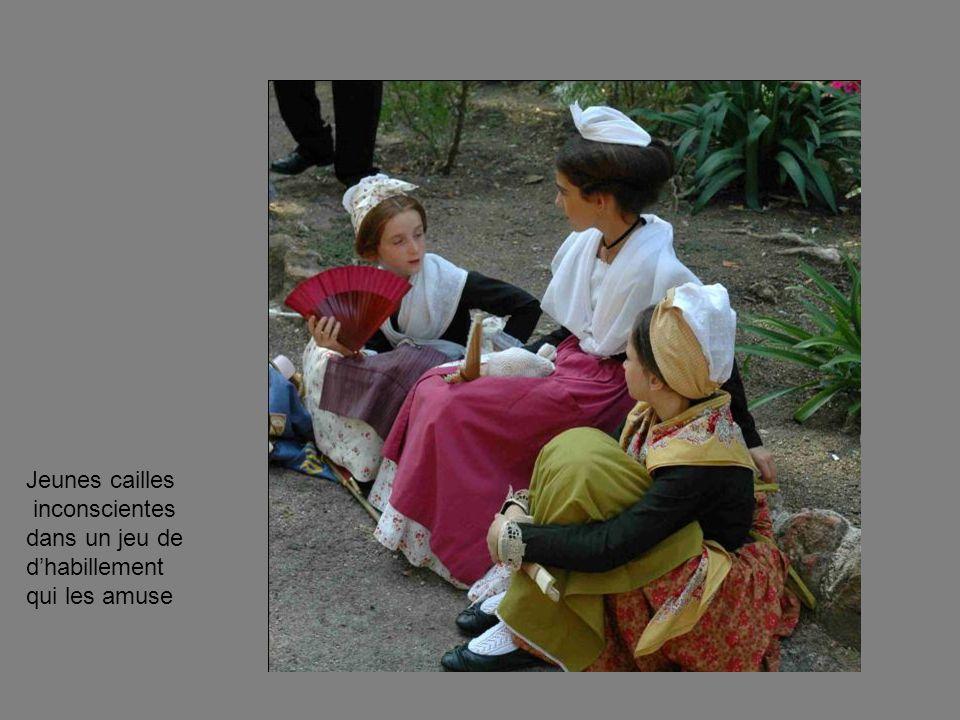 Jeunes cailles inconscientes dans un jeu de d'habillement qui les amuse