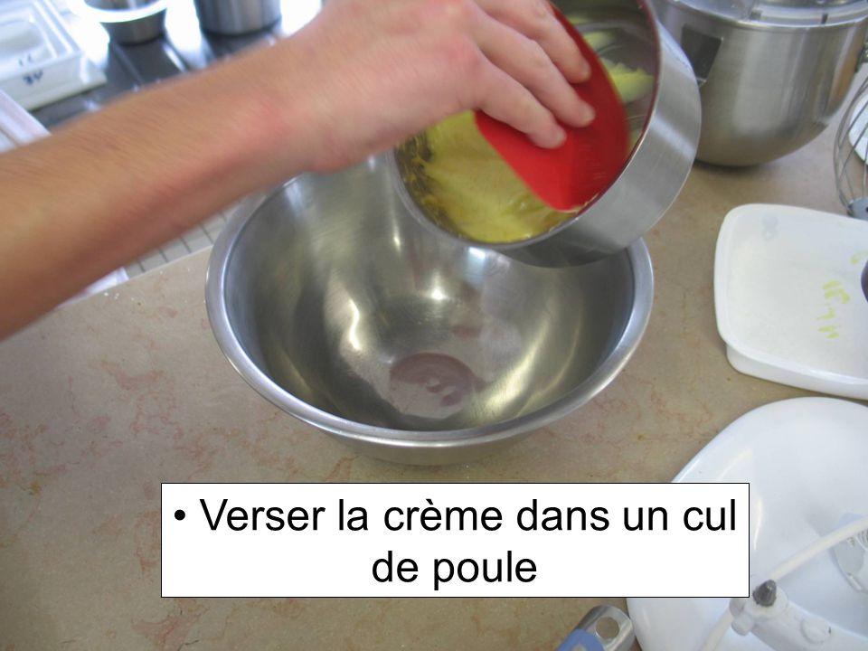 Verser la crème dans un cul de poule