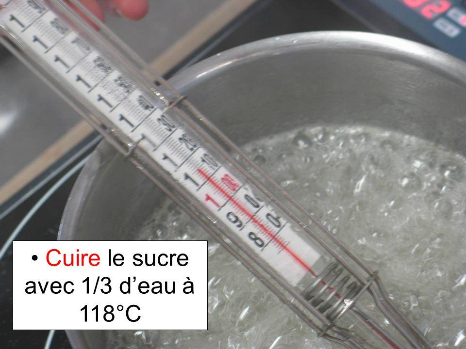 Cuire le sucre avec 1/3 d'eau à 118°C