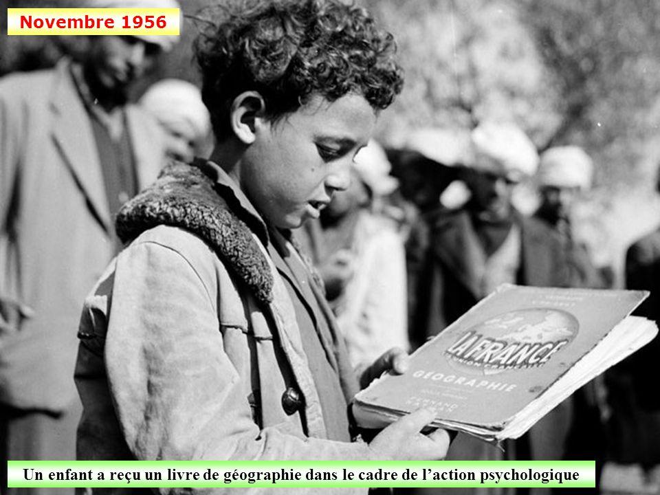 Novembre 1956 Un enfant a reçu un livre de géographie dans le cadre de l'action psychologique