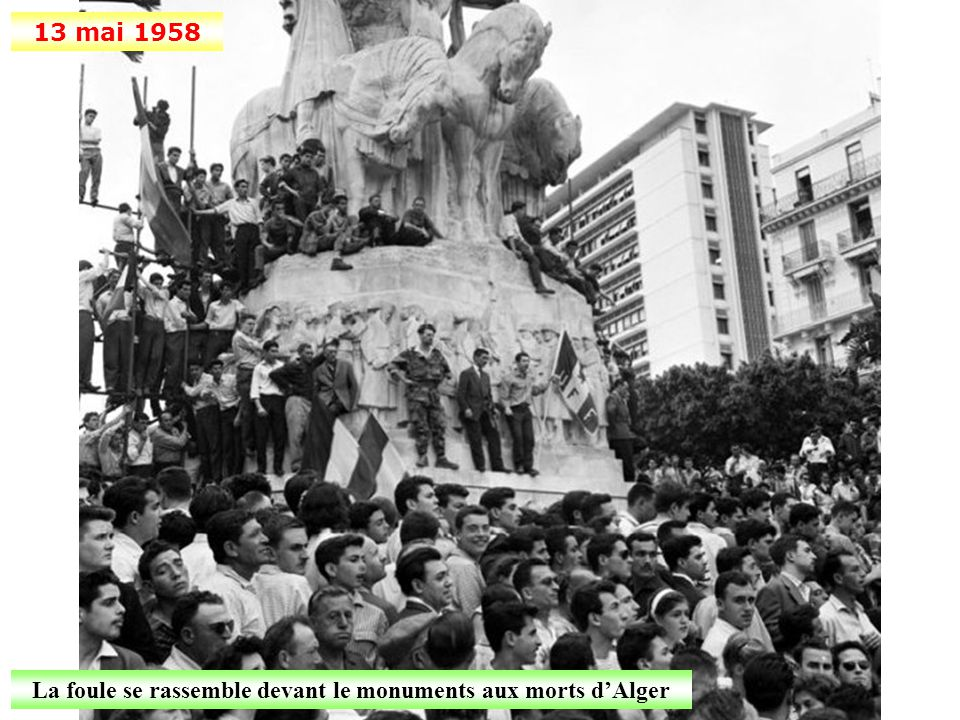 La foule se rassemble devant le monuments aux morts d'Alger