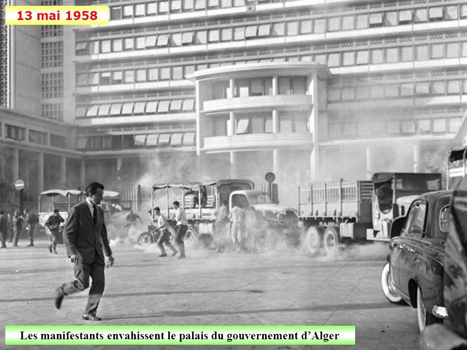 Les manifestants envahissent le palais du gouvernement d'Alger