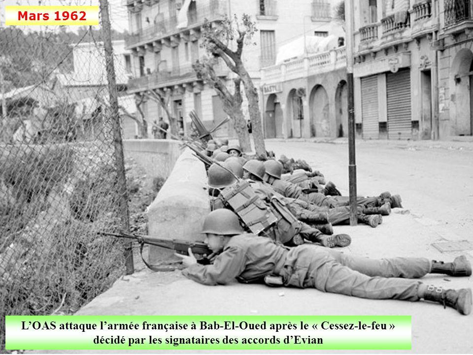 Mars 1962 L'OAS attaque l'armée française à Bab-El-Oued après le « Cessez-le-feu » décidé par les signataires des accords d'Evian.