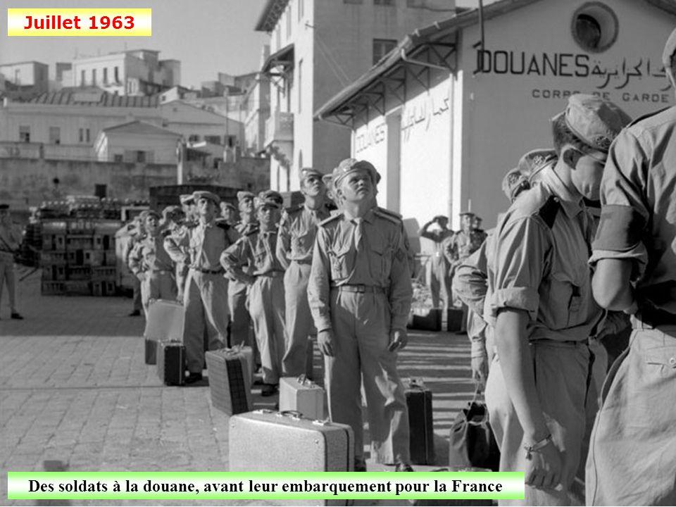 Des soldats à la douane, avant leur embarquement pour la France