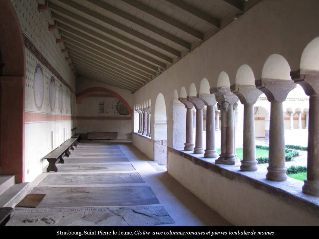 Strasbourg, Saint-Pierre-le-Jeune, Cloître avec colonnes romanes et pierres tombales de moines