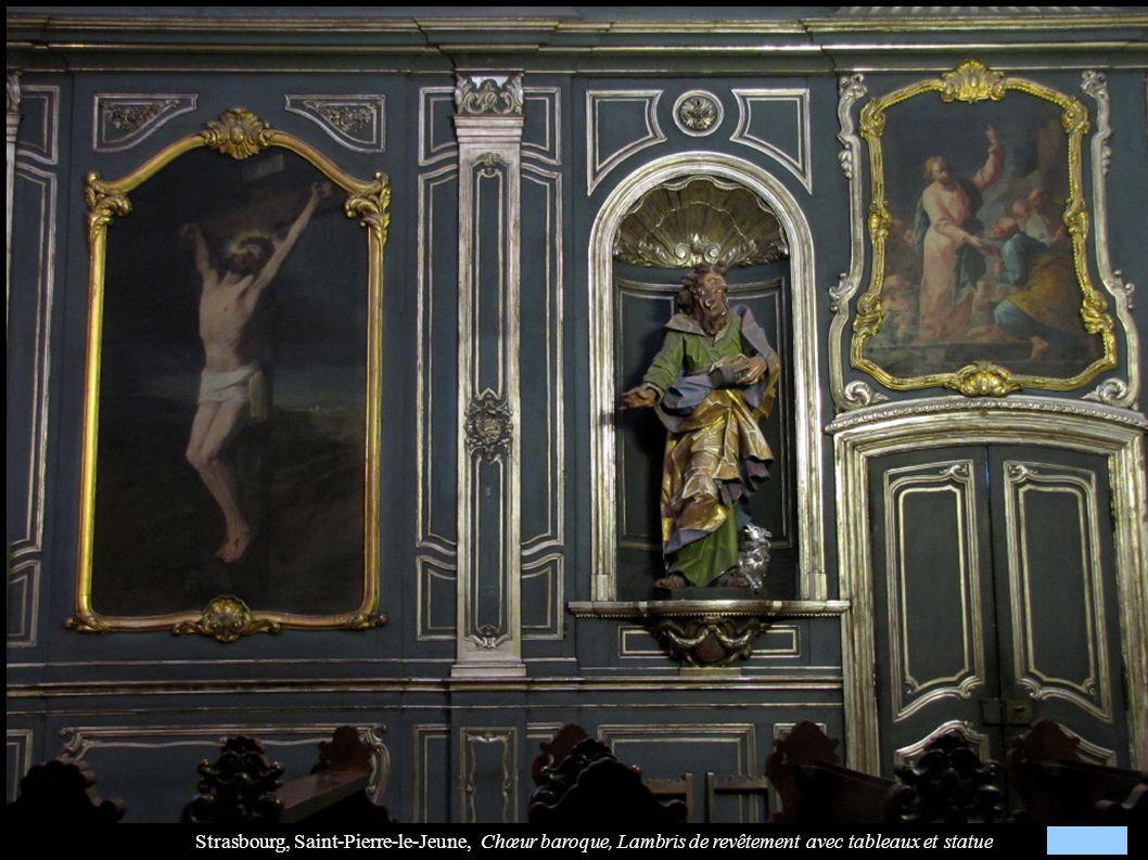 Strasbourg, Saint-Pierre-le-Jeune, Chœur baroque, Lambris de revêtement avec tableaux et statue