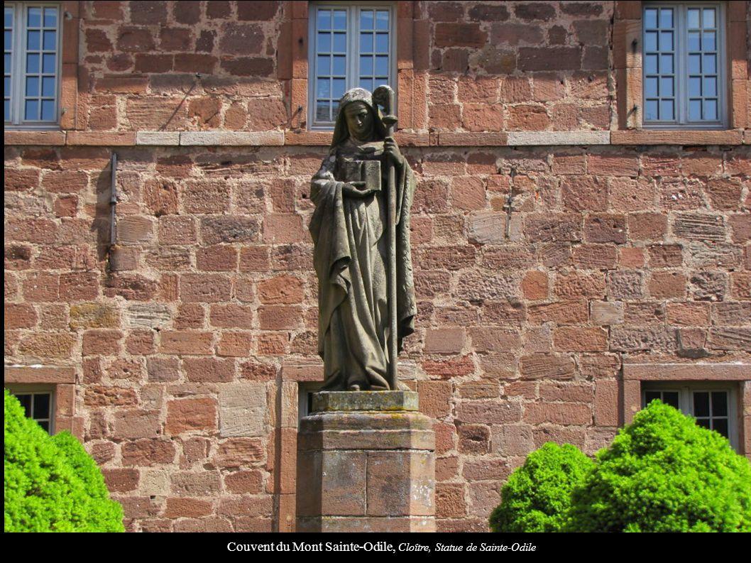 Couvent du Mont Sainte-Odile, Cloître, Statue de Sainte-Odile