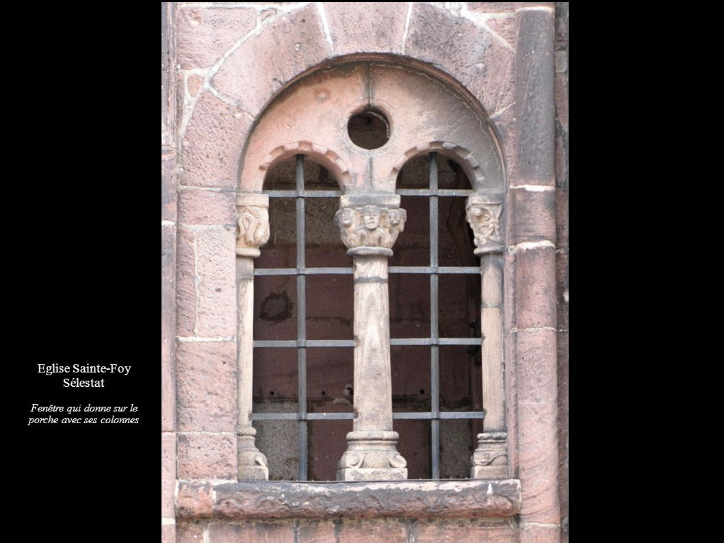 Fenêtre qui donne sur le porche avec ses colonnes