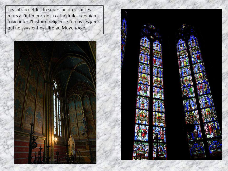 Les vitraux et les fresques peintes sur les murs à l'intérieur de la cathédrale, servaient à raconter l'histoire religieuse à tous les gens qui ne savaient pas lire au Moyen-Age.