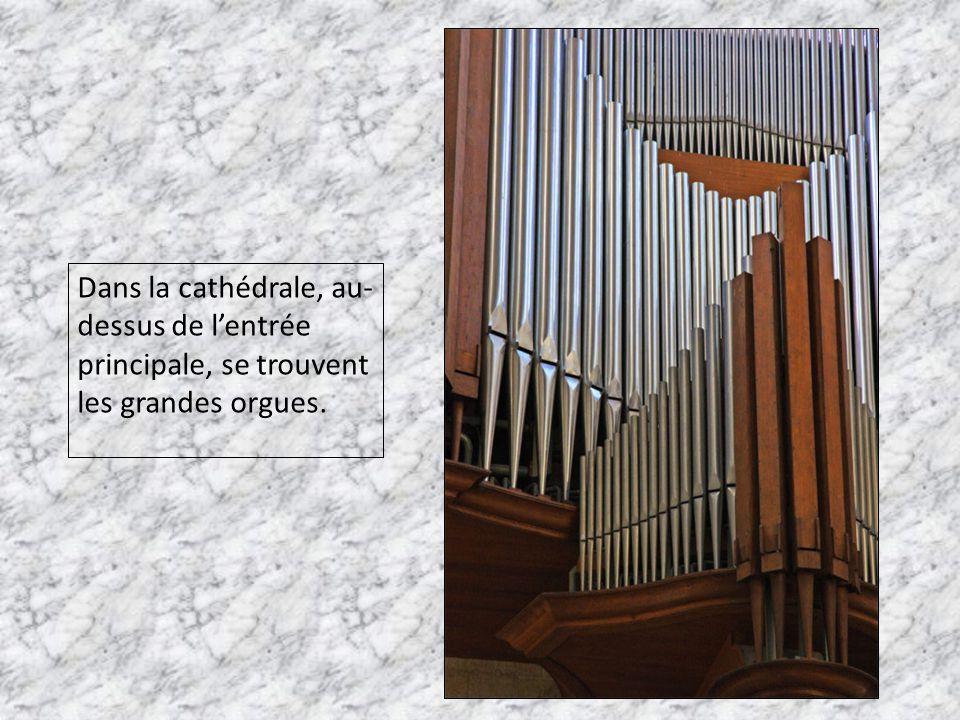 Dans la cathédrale, au-dessus de l'entrée principale, se trouvent les grandes orgues.