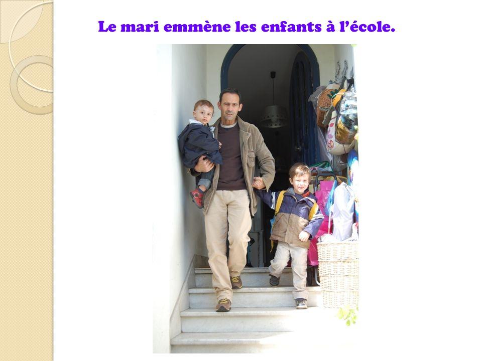 Le mari emmène les enfants à l'école.