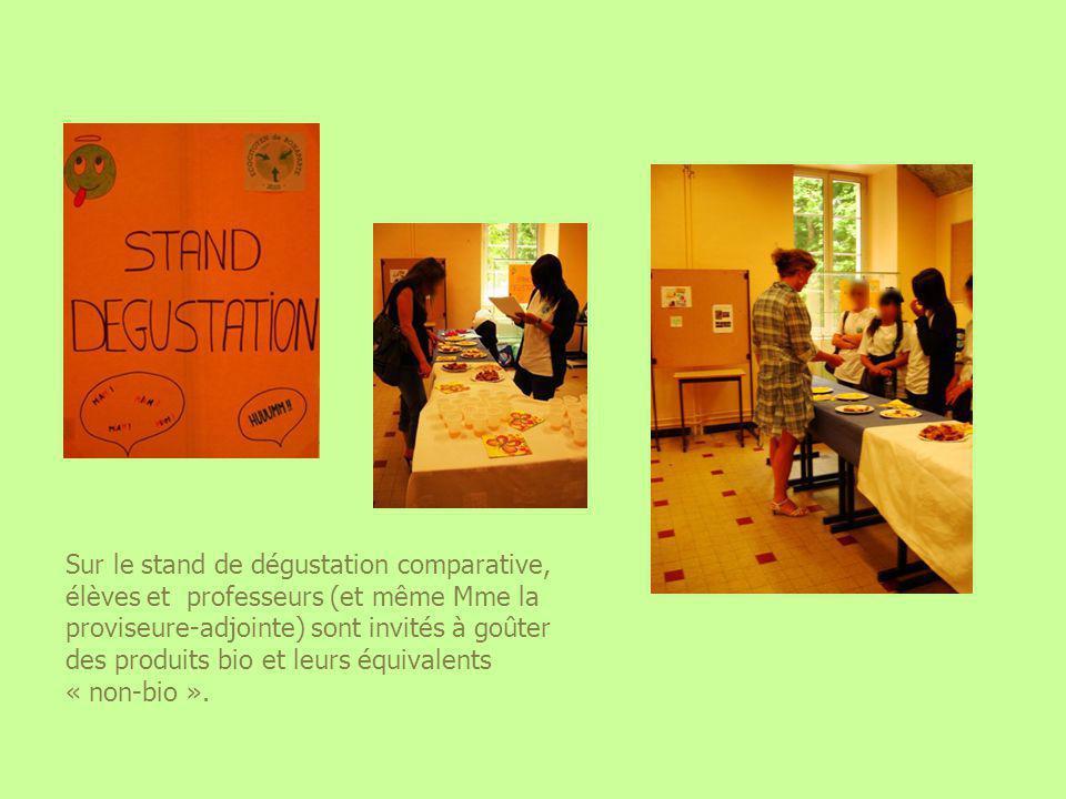 Sur le stand de dégustation comparative, élèves et professeurs (et même Mme la proviseure-adjointe) sont invités à goûter des produits bio et leurs équivalents « non-bio ».