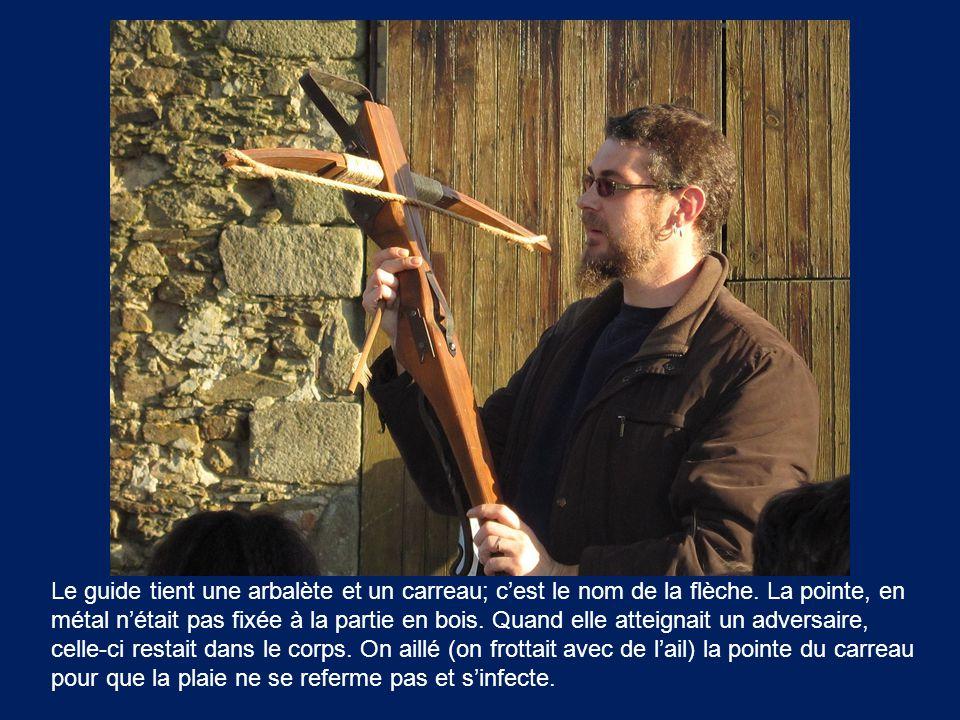 Le guide tient une arbalète et un carreau; c'est le nom de la flèche