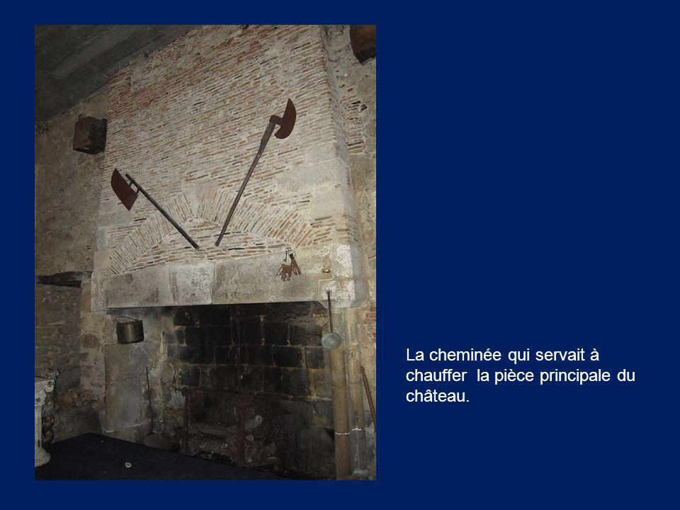 La cheminée qui servait à chauffer la pièce principale du château.