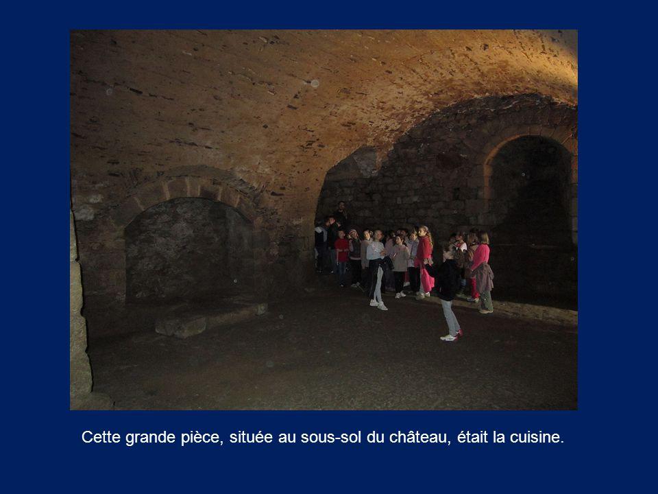 Cette grande pièce, située au sous-sol du château, était la cuisine.