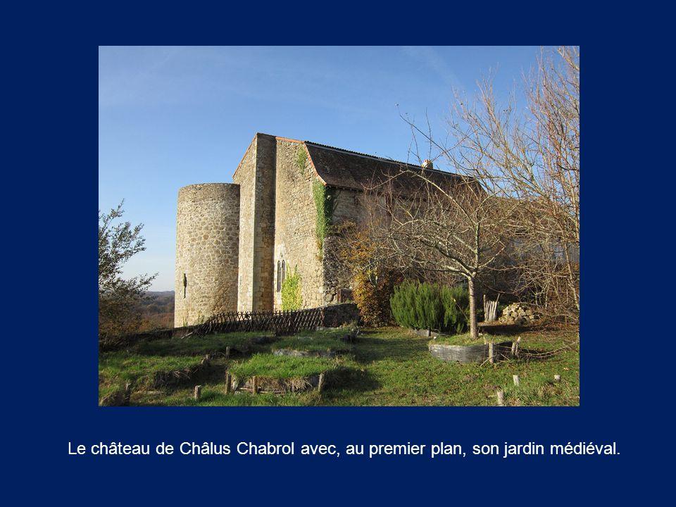 Le château de Châlus Chabrol avec, au premier plan, son jardin médiéval.