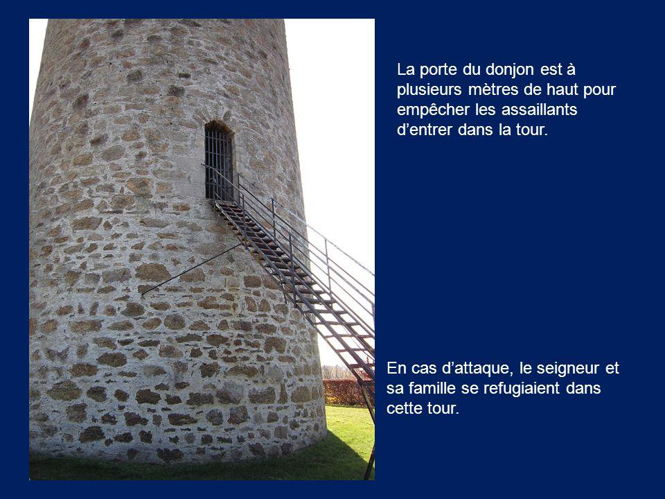 La porte du donjon est à plusieurs mètres de haut pour empêcher les assaillants d'entrer dans la tour.