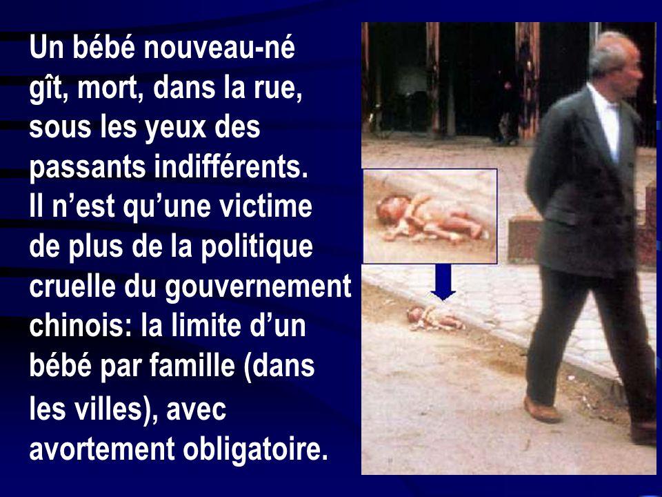 Un bébé nouveau-né gît, mort, dans la rue, sous les yeux des passants indifférents. Il n'est qu'une victime.