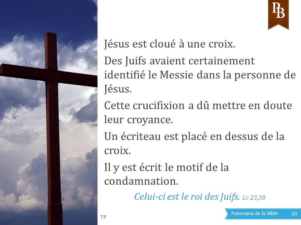 Jésus est cloué à une croix.